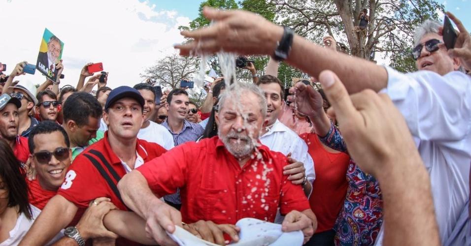 19.mar.2017 - Cercado de populares, o ex-presidente Luiz Inácio Lula da Silva participa da
