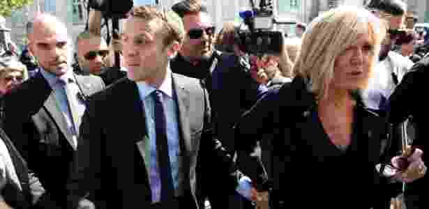 13.abr.2017 - O candidato a presidência francesa Emmanuel Macron e sua esposa Brigitte, em campanha no sul da França - PIERRE TERDJMAN/NYT - PIERRE TERDJMAN/NYT