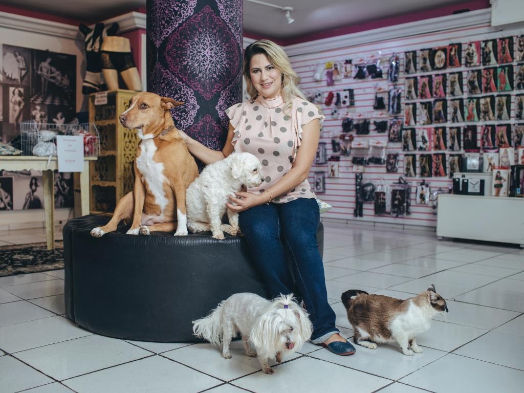 A empresária Maísa Pacheco é dona do Vênus Sex Shop, localizado na Rua da Consolação, em São Paulo, e protetora de animais. Ela costuma deixar bichos que resgata das ruas na sua loja para os clientes brincarem.