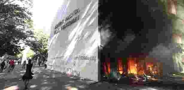 24.mai.2017 - Manifestantes que protestam nesta quarta-feira contra as reformas e pela renúncia do presidente Michel Temer colocaram fogo no prédio do Ministério da Agricultura, em Brasília - Wilton Junior/Estadão Conteúdo - Wilton Junior/Estadão Conteúdo