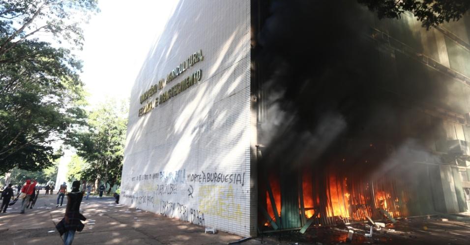 24.mai.2017 - Manifestantes que protestam nesta quarta-feira contra as reformas e pela renúncia do presidente Michel Temer colocaram fogo no prédio do Ministério da Agricultura, em Brasília