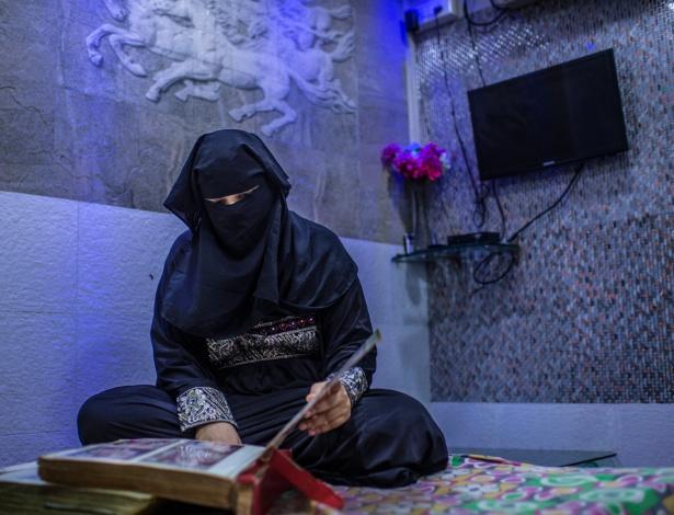 """Neeha Khan, cujo marido se divorciou dela com uma carta que repetia a palavra """"talaq"""" três vezes, olha seu álbum de casamento em sua casa em Mumbai, na Índia"""