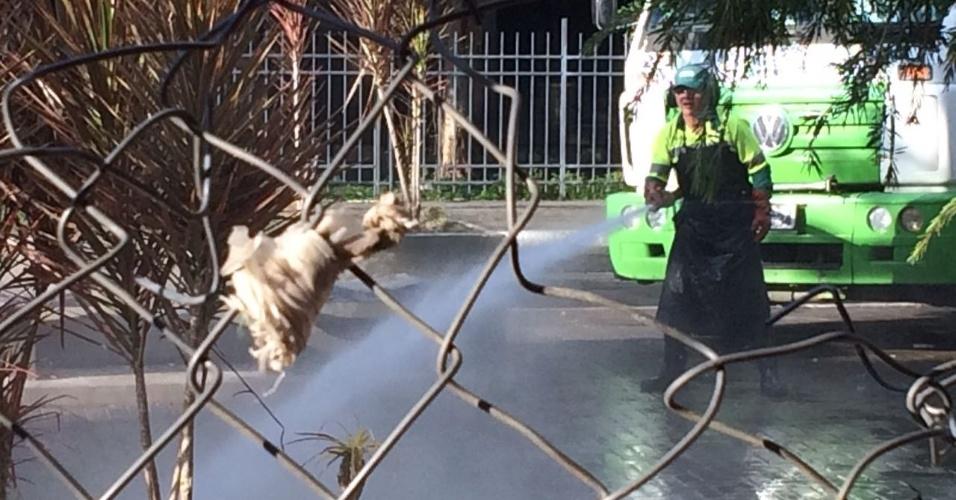 22.jun.2017 - Equipes da Prefeitura realizam uma operação de limpeza na cracolândia reocupada por dependentes químicos na região central de São Paulo, na rua Helvetia