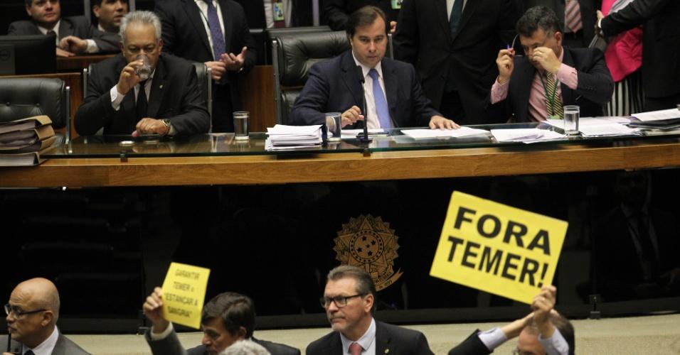 25.out.2017 - Os deputados dão como certa a rejeição da acusação contra Temer, mas a oposição tenta adiar a votação, como forma de aumentar o desgaste político do governo. Para isso, os partidos de oposição estão evitando marcar presença no plenário