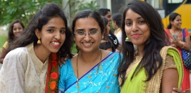 31.dez.2017 - Tanusree Chaudhuri (no centro) conseguiu realizar o sonho de tornar-se pesquisadora ao entrar em uma plataforma de trabalho remoto