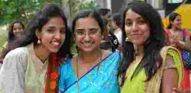 31.dez.2017 - Tanusree Chaudhuri (no centro) conseguiu realizar o sonho de tornar-se pesquisadora ao entrar em uma plataforma de trabalho remoto - BBC