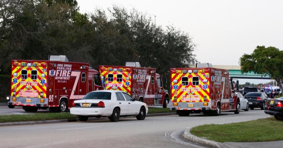 14.fev.2018 - Veículos de resgate fecham a rua do colégio Marjory Stoneman Douglas, em Parkland, Flórida, após tiroteio