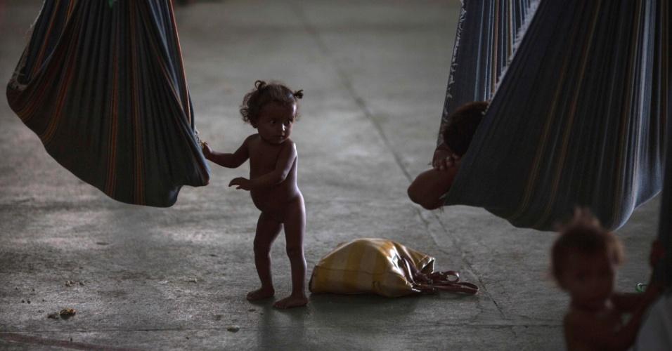 24.fev.2018 - Menina venezuelana dentro de seu abrigo em Boa Vista, Roraima