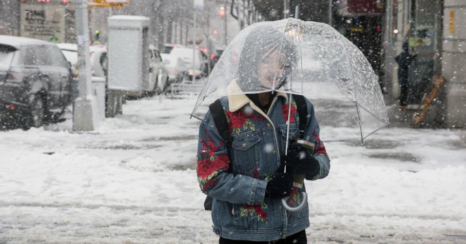 7.mar.2018 - Mulher atravessa rua durante nevasca em Nova York, EUA