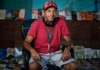 """""""Os livros mudam a gente"""": morador de rua improvisa sebo na calçada com obras achadas no lixo - Alexandre Rezende/UOL"""
