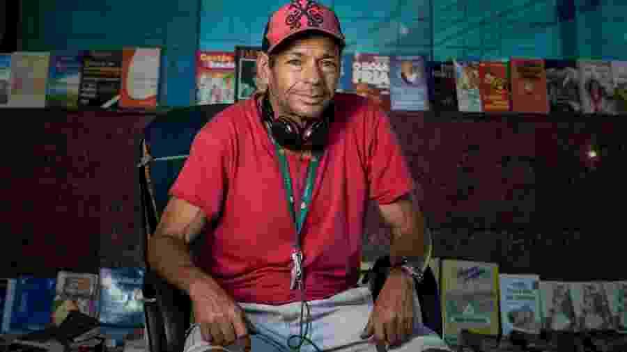 Odilon Tavares é ex-servente de pedreiro e montou um sebo improvisado na calçada de uma rua em área nobre de Belo Horizonte com livros achados no lixo (2018) - Alexandre Rezende/UOL