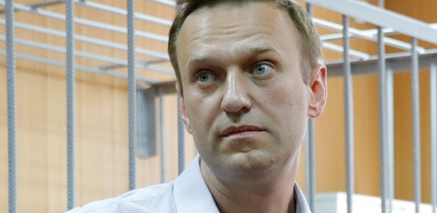 Opositor do governo russo, Alexei Navalny compare a audiência após organizar protestos