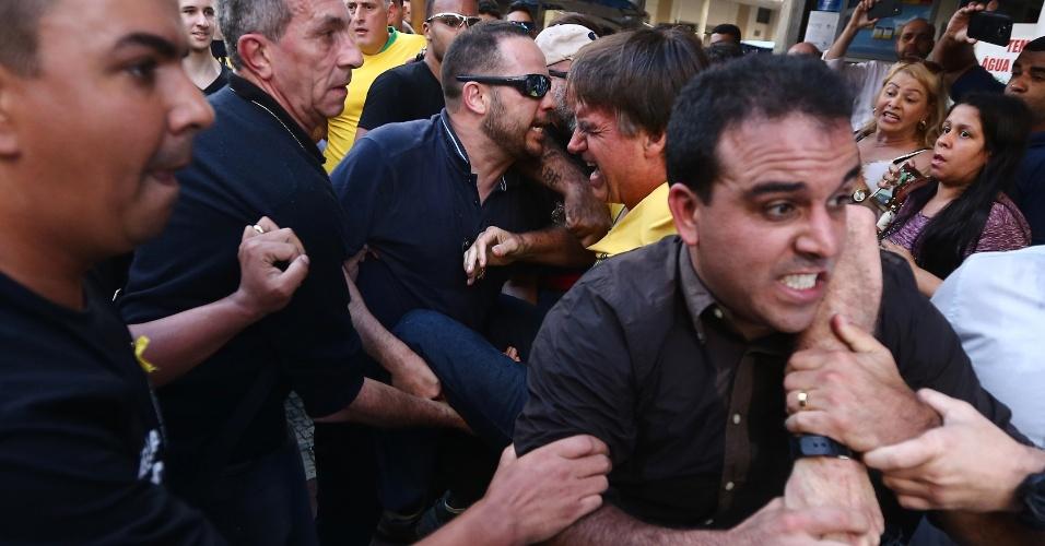 6.set.2018 - O candidato à Presidência da República pelo PSL, Jair Bolsonaro (de camiseta amarela), após ser esfaqueado durante ato de campanha em Juiz de Fora (MG), nesta quinta-feira, 06. O presidenciável foi levado para o hospital. Antes do ataque, tumultos, tensão e bate-boca marcaram a visita de Bolsornaro ao hospital filantrópico da Associação Feminina de Prevenção e Combate ao Câncer (ASCOMCER) e também um almoço com o candidato em um hotel em Juiz de Fora, Minas Gerais, hoje