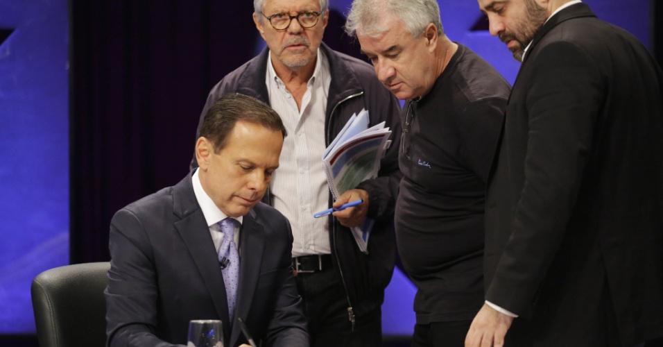 23.out.2018 - João Doria (PSDB) recebe instruções de seus assessores durante o intervalo do debate UOL, Folha e SBT