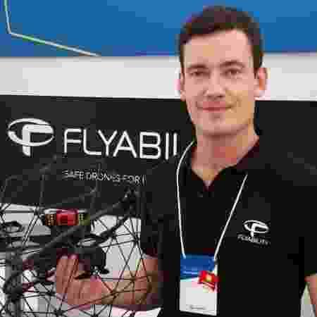Mathieu Noirot-Cosson, da Flyability, mostra drone Elios - Michel Alecrim/UOL