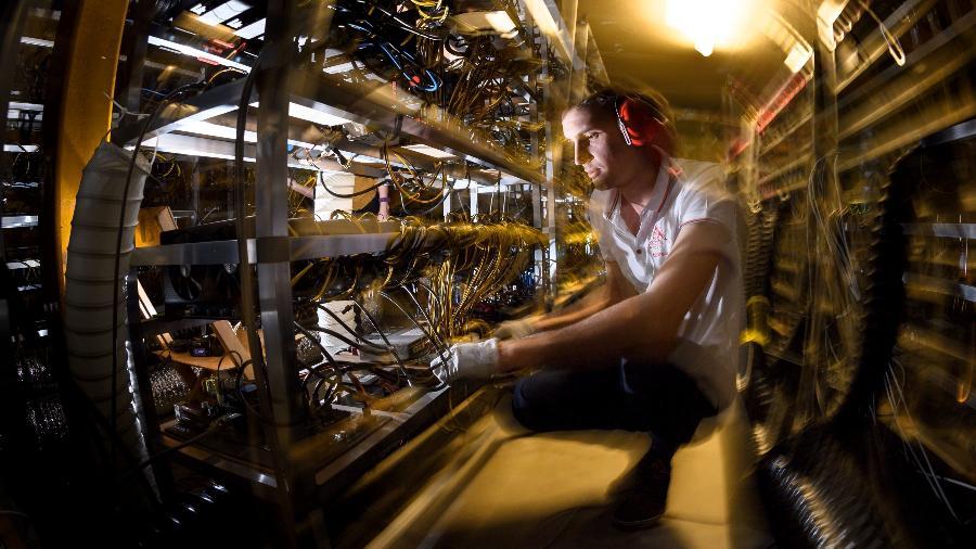 Na sede da empresa suiça Alpine Mining, centenas de placas gráficas que mineram moedas virtuais. - FABRICE COFFRINI/NYT