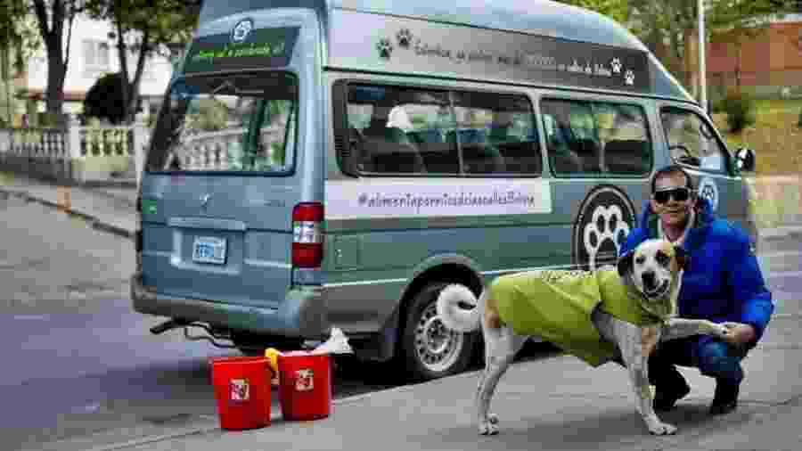 Fernando Kushner dedica várias horas por dia para alimentar cachorros que vivem nas ruas de La Paz - BBC