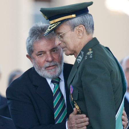 Presidente Lula cumprimenta o comandante do Exército, Enzo Peri, durante solenidade de imposição da Medalha do Pacificador - 25.ago.2010 - Sergio Lima/Folhapress