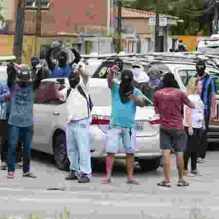 Encapuzados, policiais cearenses amotinados fazem protesto por reajuste salarial em Fortaleza - João Dijorge/Photopress/Estadão Conteúdo
