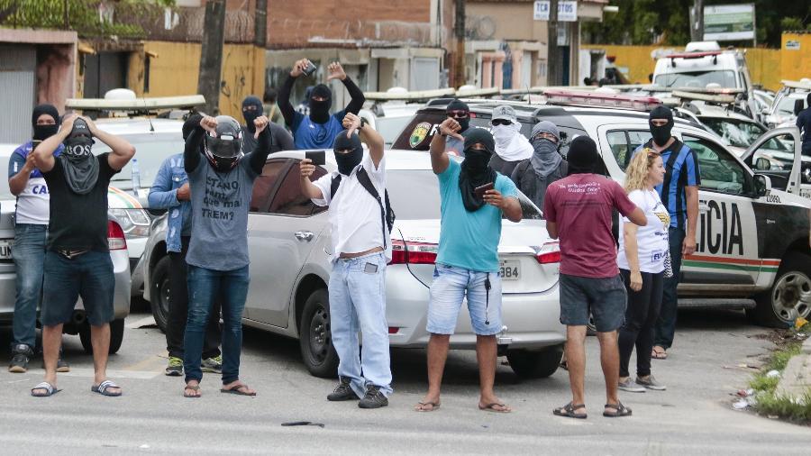 Encapuzados, policiais cearenses amotinados fazem protesto por reajuste salarial em Fortaleza - João Dijorge/Photopress/Estadão Conteúdo - 19.fev.2020