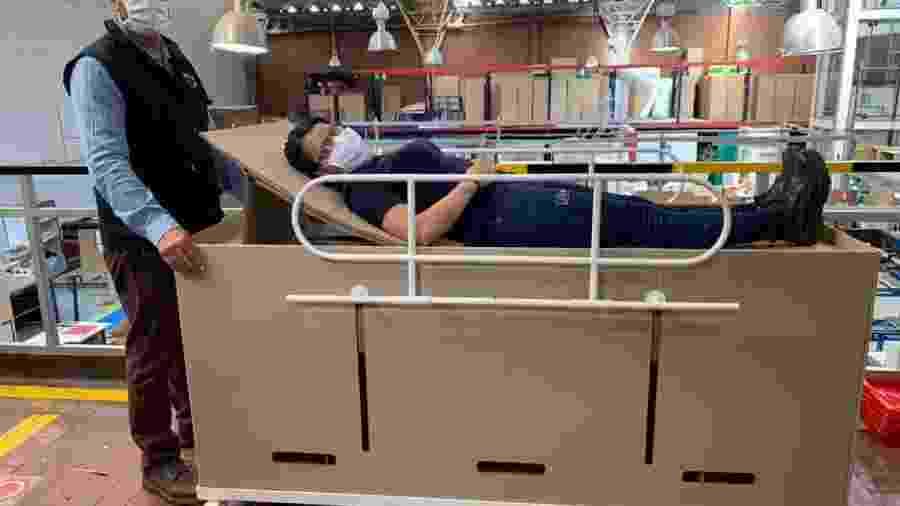 Cama de hospital que se transforma em caixão criada pela empresa ABC Displays, na Colômbia - ABC Displays