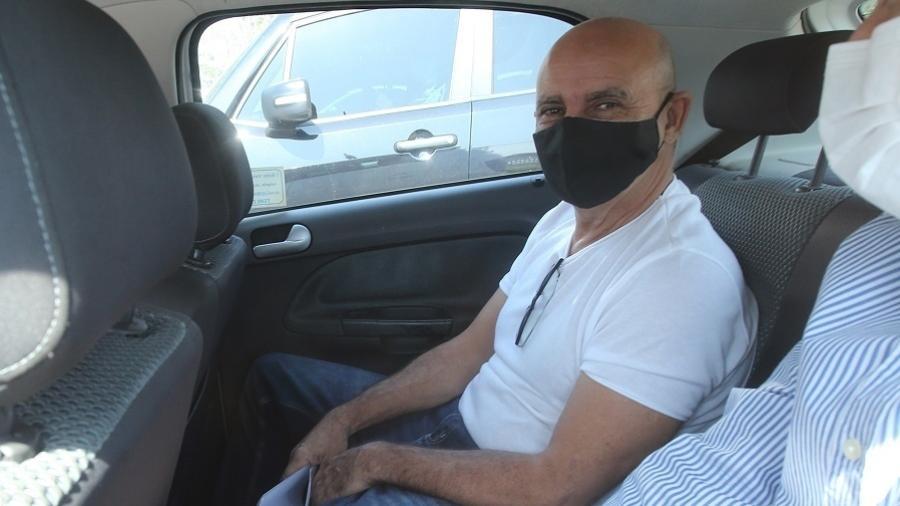 Usando uma máscara preta, Fabrício Queiroz é visto dentro de um carro do TJ-RJ ao deixar o condomínio onde mora no RJ - Wilton Junior/Estadão Conteúdo