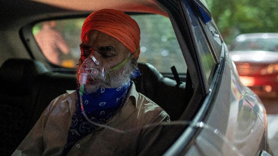 25 abr. 2021 - Paciente com covid-19 recebe oxigênio em um carro em um templo em Ghaziabad, Índia - Danish Siddiqui/Reuters
