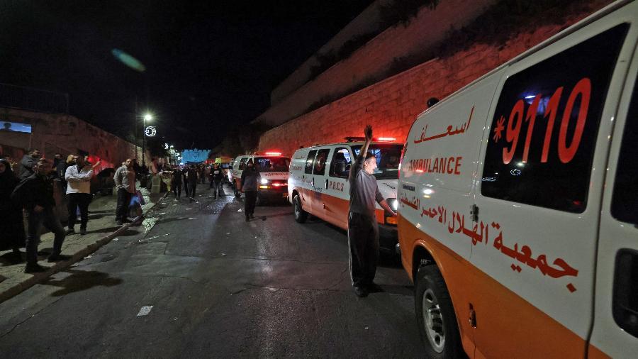 Ambulâncias aguardam para levar feridos em confronto entre palestinos e policiais israelenses - Emmanuel Dunand/AFP
