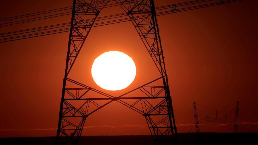 Torres de alta tensão vistas durante pôr do sol, em Brasília (DF); governo nega racionamento de energia elétrica - Ueslei Marcelino/Reuters