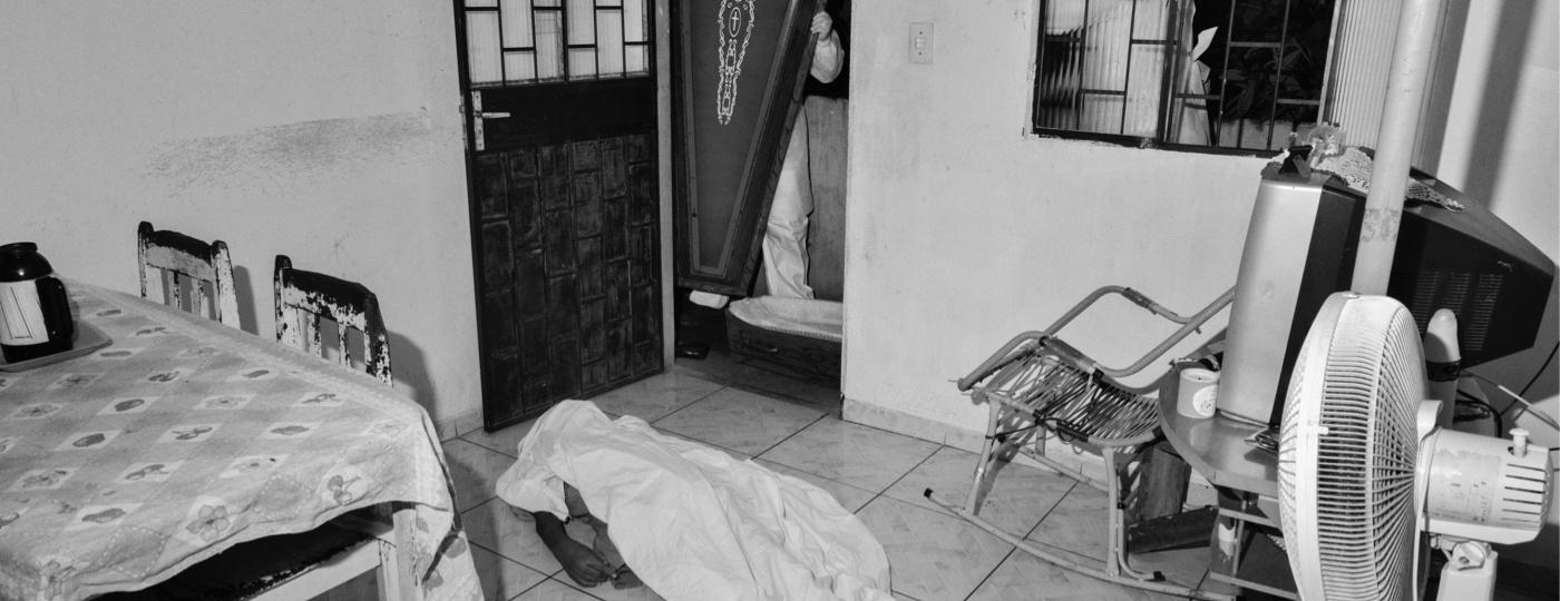 Em Manaus, agente funerário remove corpo de vítima da covid-19 (janeiro, 2021) - Tommaso Protti/UOL