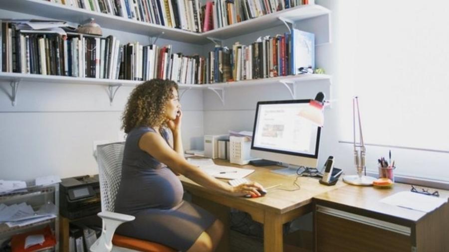 """Grávida trabalhando diante do computador; """"é um tabu gigante"""" no mercado de trabalho, escreveu uma mulher que foi contratada durante a gestação - Getty Images"""