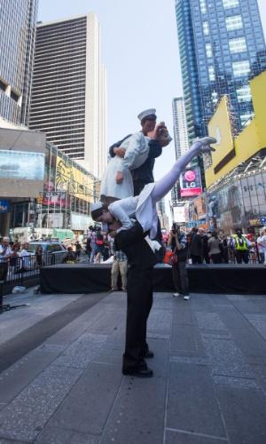 14.ago.2015 - Artistas dançam durante um