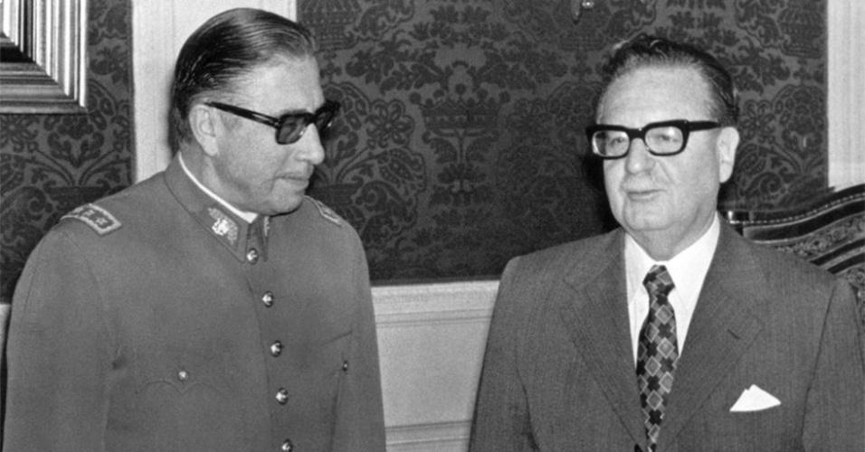 Allende e Pinochet - Quem promoveu o militar Augusto Pinochet a chefe das Forças Armadas do Chile foi o próprio Salvador Allende. Em 1972, quando as políticas de Allende provocaram inflação, racionamento, protestos de estudantes e greves pelo país, Pinochet foi ágil ao reprimir as manifestações. Atraiu assim a confiança do presidente que seria deposto no ano seguinte