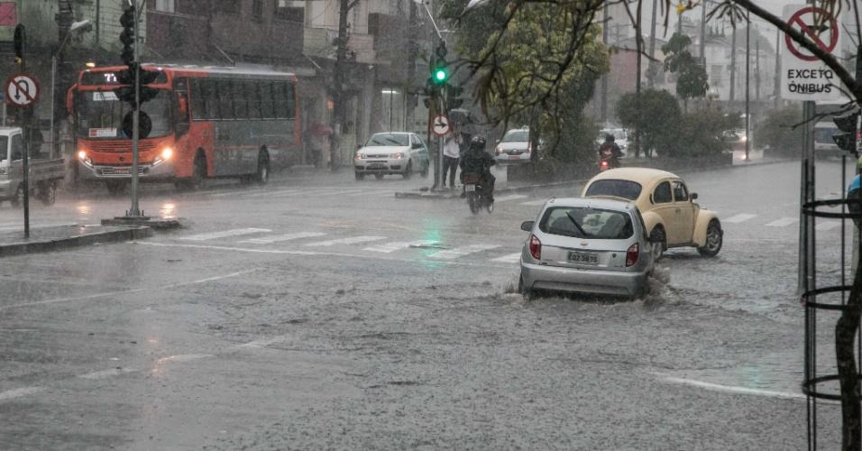 8.set.2015 - Pedestres e veículos enfrentam alagamento na avenida Vital Brasil, no Butantã, zona oeste de São Paulo