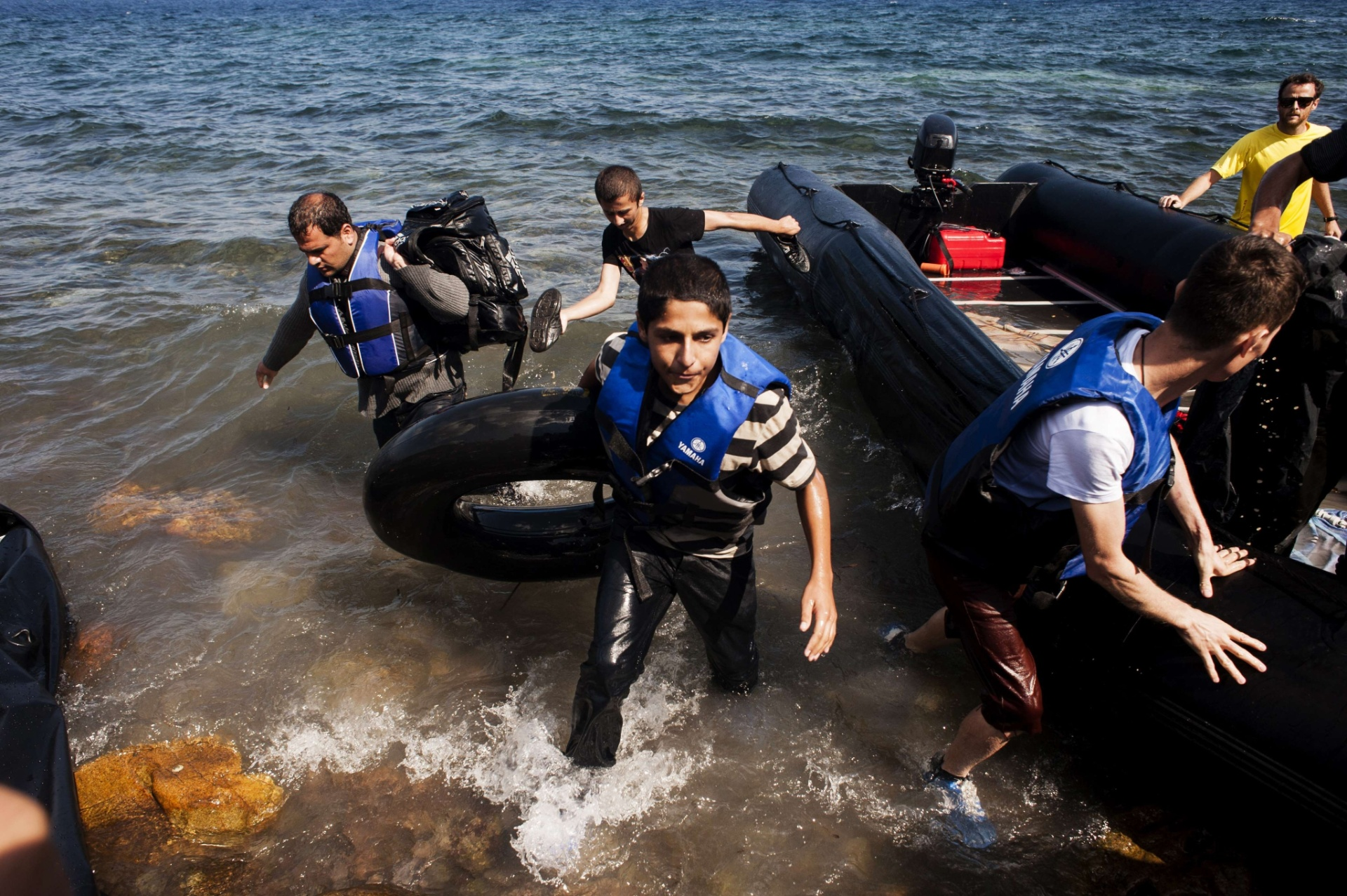 25.set.2015 - Imigrantes sírios chegam de bote à Grécia após atravessar o mar Egeu. Um total de 3.938 refugiados seguiram nesta sexta-feira para o porto ateniense do Pireo