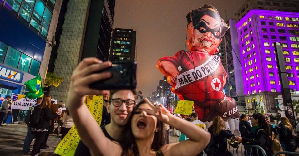 6.out.2015 - Manifestantes protestam contra manobras do PT no julgamento das contas da presidente Dilma Rousseff, em frente à sede do Tribunal de Contas da União (TCU), na avenida Paulista, em São Paulo