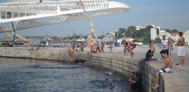 Adolescentes se refrescam nas águas da baía de Guanabara, na praça Mauá, zona portuária do Rio, em dia de forte calor na cidade. A máxima deve chegar a 43ºC hoje - Luiz Gomes/Parceiro/Agência O Globo