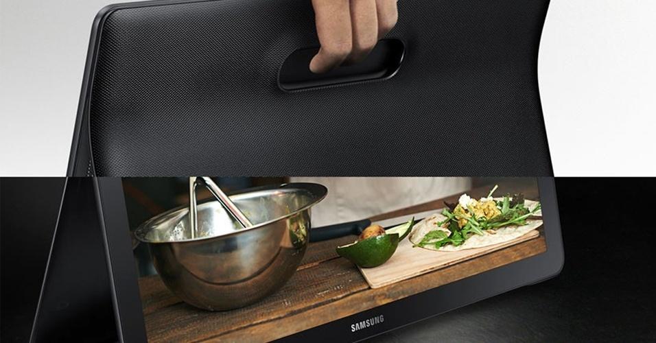 28.out.2015 - A Samsung apresentou um novo tablet maior que uma TV de tubo de 14 polegadas. Com tela de 18,4 polegadas, o Galaxy View é voltado para reprodução de conteúdo multimídia e conta com dois alto-falantes estéreo, além de processador Exynos 7580 1.6GHz octa-core, 2GB de RAM e 32 GB ou 64GB de armazenamento interno (expansível via microSD). A bateria de 5,700 mAh suporta até 8 horas de vídeo, segundo a sul-coreana. A data de lançamento e o preço  não foram divulgados