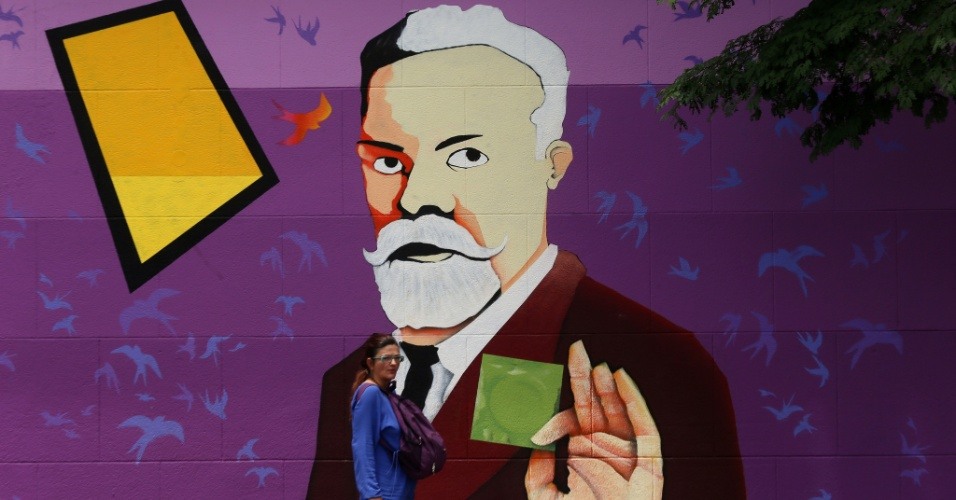 1º.dez.2015 - Grafite do sanitarista brasileiro Emílio Ribas, segurando um preservativo, ilustra muro do Instituto de Infectologia que recebe seu nome, na zona oeste de São Paulo (SP), no Dia Mundial de Luta contra Aids