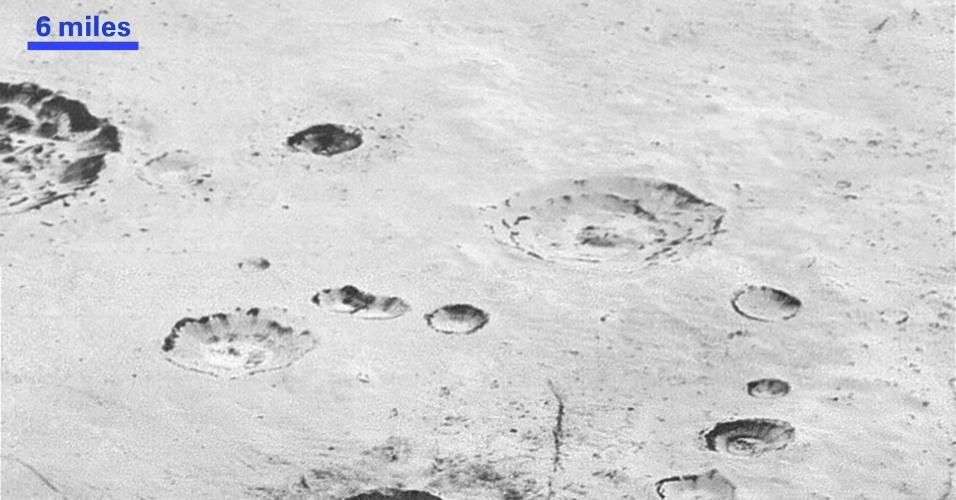 5.dez.2015 - A Nasa divulgou uma nova série de fotos em alta definição de Plutão. A agência afirma que são as melhores imagens já divulgadas até o momento, revelando altas montanhas a dunas de areia e icebergs