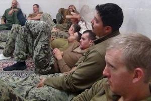 Marinheiros americanos são vistos em local não revelado no Irã, em foto divulgado pelo site Farsnews
