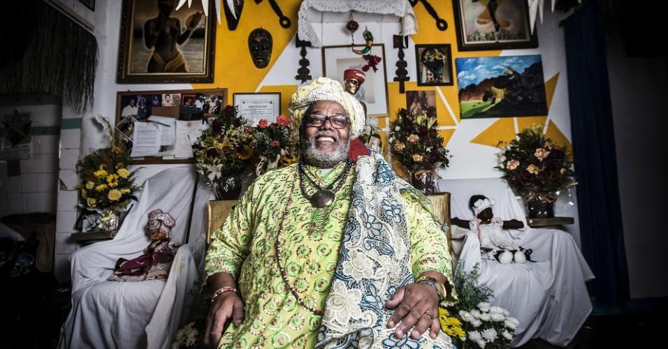 Pai Francisco de Oxum, pai de santo no bairro da Bela Vista. Ele é responsável pela proteção espiritual da escola de samba Vai Vai. É um grande defensor do diálogo entre religiões, sempre trabalhando em conjunto com a igreja da Nossa Senhora da Achiropita