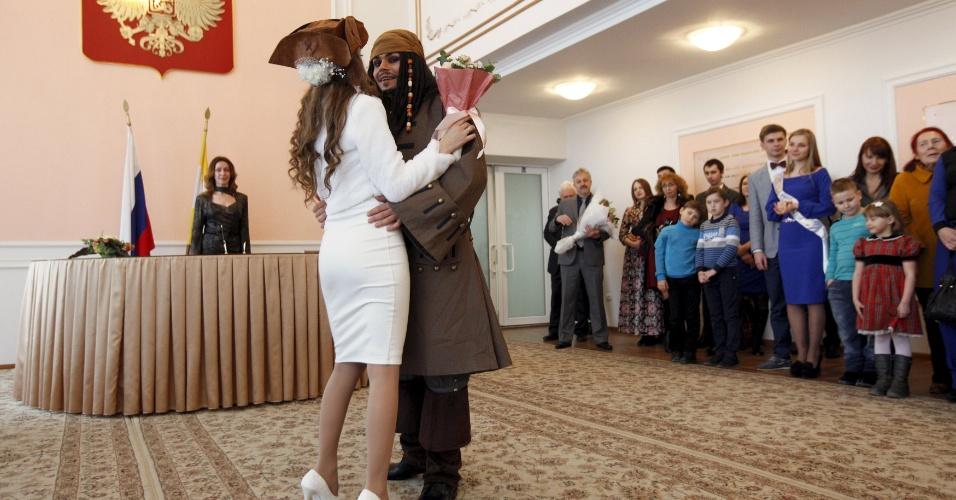 5.fev.2016 - German Yesakov, 25, e Anastasiya, 18, dançam após se casarem em um cartório na cidade russa de Stavropol. Yesakov escolheu ir vestido como o capitão de Jack Sparrow, personagem da franquia cinematográfica Piratas do Caribe, para surpreender a noiva