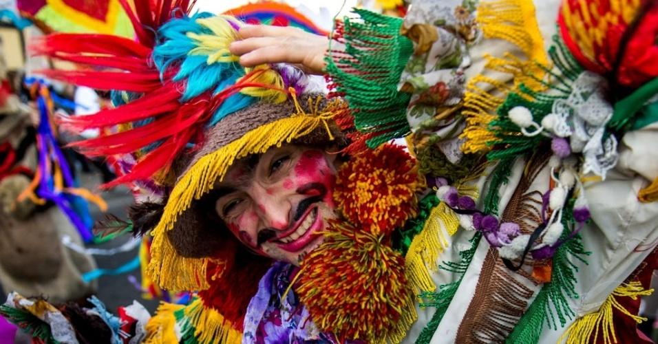 WLOCLAWEK, POLÔNIA - Em Wloclawek, na Polônia, folião fantasiado brincar em desfile de carnaval
