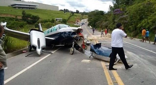 16.fev.2016 - Avião faz pouso de emergência em rodovia no interior de São Paulo
