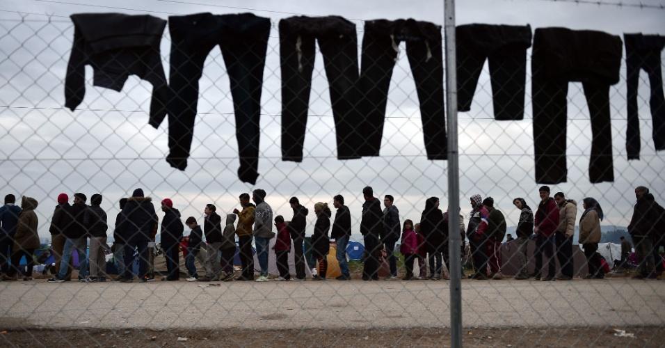28.fev.2016 - Refugiados fazem fila para receber comida em campo de migração na Grécia, próximo à fronteira com a Macedônia