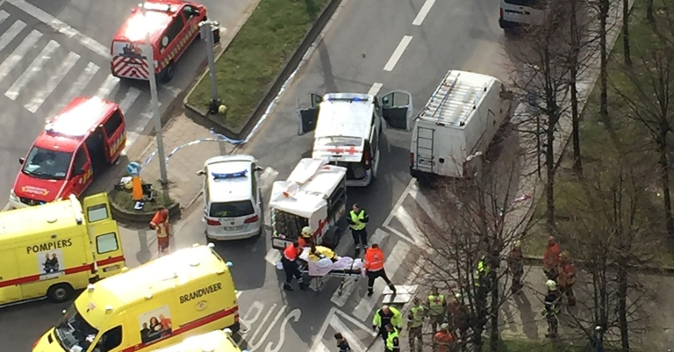 22.mar.2016 - Movimentação no entorno da estação de metrô Maalbeek, que fica próxima à sede da União Europeia, em Bruxelas. A estação foi um dos alvos de ataques a bomba que atingiram a capital da Bélgica na manhã desta terça-feira