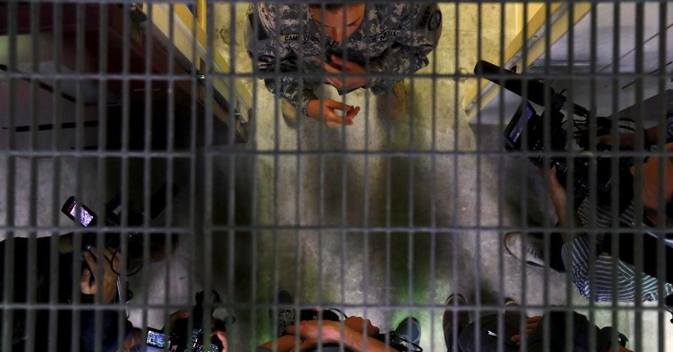 28.mar.2016 - Advogados de prisioneiros, reportagens e investigações independentes denunciaram a prática de tortura no centro. Entre os métodos citados estavam a exposição dos detentos a música muito alta e temperaturas extremas, humilhações de cunho sexual e religioso, privação de sono e espancamentos. Na imagem feita no dia 22 de março, jornalistas conversam com soldado dentro do acampamento da Força Tarefa Conjunta de Guantánamo, na base Naval norte-americana em Cuba