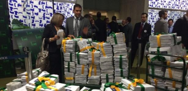"""Abaixo-assinado com mais de 2 milhões de assinaturas em apoio à campanha """"10 medidas contra a corrupção"""" foi entregue aos deputados"""