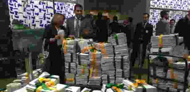 O abaixo-assinado foi entregue ao presidente da Câmara, Eduardo Cunha (PMDB-RJ). O documento é apoiado por grupos que defendem a saída de Dilma - Márcio Neves/UOL